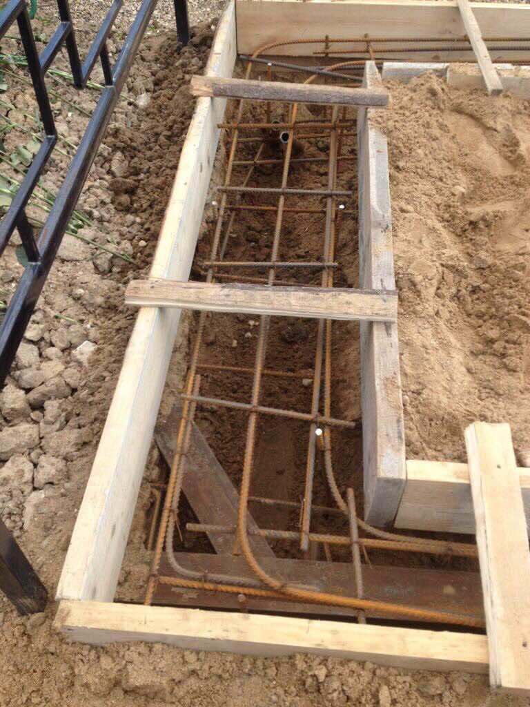 Пример прокладки арматуры под железобетонный фундамент, на котором планируется установка гранитного цоколя.